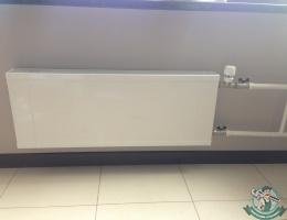 Монтаж панельного радиатора с термоголовкой
