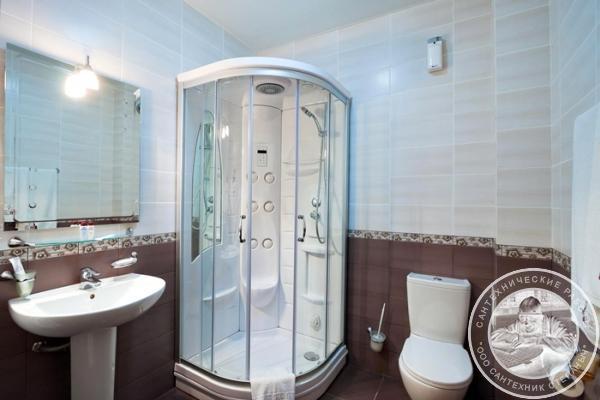 Угловая душевая кабинка в ванной комнате